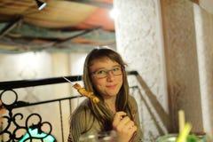 Adolescente con el palillo del kebab Foto de archivo libre de regalías