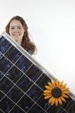 Adolescente con el panel solar Imagenes de archivo