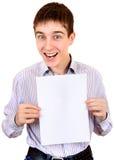 Adolescente con el papel en blanco Fotos de archivo
