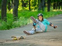 Adolescente con el patín Foto de archivo libre de regalías