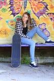 Adolescente con el patín Imagenes de archivo