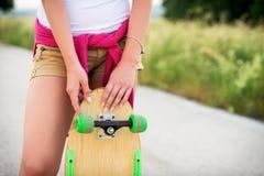 Adolescente con el patín Fotos de archivo libres de regalías