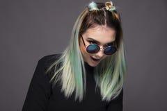 Adolescente con el peinado azulverde coloreado moderno Fotografía de archivo