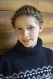 Adolescente con el peinado trenzado Imagenes de archivo