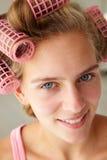 Adolescente con el pelo en bigudíes Fotografía de archivo
