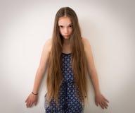 Adolescente con el pelo extremadamente largo Foto de archivo