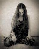 Adolescente con el pelo extremadamente largo en blanco y negro Imagenes de archivo