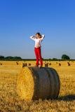 Adolescente con el pelo largo que presenta en el campo del verano, campo Imagen de archivo libre de regalías