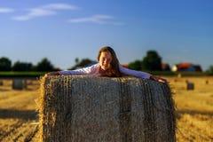 Adolescente con el pelo largo que presenta en el campo del verano, campo Fotografía de archivo libre de regalías