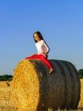 Adolescente con el pelo largo que presenta en el campo del verano, campo Imagen de archivo