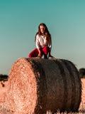 Adolescente con el pelo largo que presenta en el campo del verano, campo Fotografía de archivo