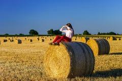 Adolescente con el pelo largo que presenta en el campo del verano, campo Fotos de archivo libres de regalías