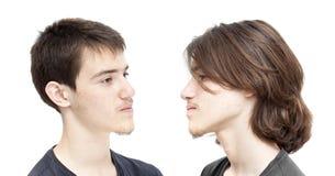 Adolescente con el pelo oscuro antes y después de un haircit Fotos de archivo