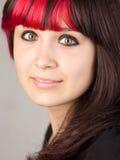 Adolescente con el pelo rojo teñido Foto de archivo