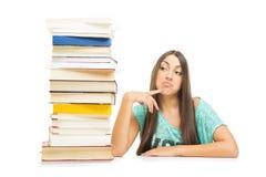 Adolescente con el pensamiento de los libros Imagen de archivo