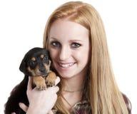 Adolescente con el perrito Imagen de archivo libre de regalías
