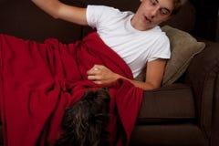 Adolescente con el perro Fotografía de archivo libre de regalías