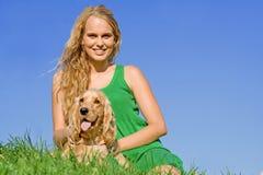 Adolescente con el perro de animal doméstico Fotos de archivo libres de regalías