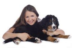 Adolescente con el perro de montaña bernese Foto de archivo