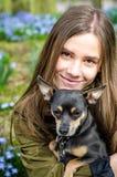 Adolescente con el perro de perrito Fotografía de archivo libre de regalías