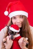 Adolescente con el perro en retrato de la Navidad Foto de archivo