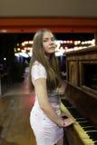 Adolescente con el piano Imagenes de archivo