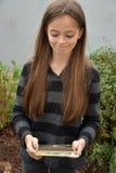 Adolescente con el presente Foto de archivo libre de regalías