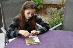Adolescente con el presente Fotos de archivo