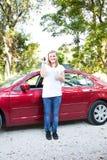 Adolescente con el primer nuevo coche Fotografía de archivo libre de regalías