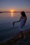 Adolescente con el pulpo de la captura en el mar Imagen de archivo libre de regalías