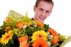 Adolescente con el ramo de flores Imagen de archivo libre de regalías