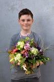 Adolescente con el ramo de la flor Fotografía de archivo libre de regalías