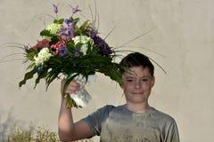 Adolescente con el ramo de la flor Imagenes de archivo