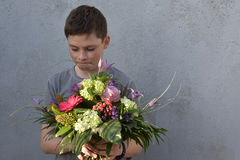 Adolescente con el ramo de la flor Fotos de archivo libres de regalías