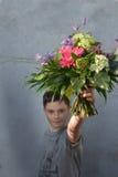 Adolescente con el ramo de la flor Imágenes de archivo libres de regalías