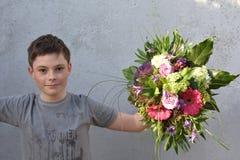 Adolescente con el ramo de la flor Imagen de archivo