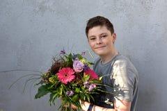 Adolescente con el ramo de la flor Foto de archivo