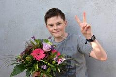 Adolescente con el ramo de la flor Foto de archivo libre de regalías