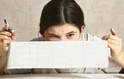 Adolescente con el rectungle blanco del papel en blanco Imagen de archivo
