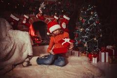 Adolescente con el regalo Fotografía de archivo
