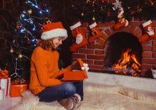 Adolescente con el regalo Imagen de archivo libre de regalías