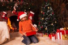 Adolescente con el regalo Fotos de archivo libres de regalías
