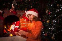 Adolescente con el regalo Foto de archivo libre de regalías