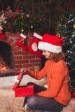 Adolescente con el regalo Foto de archivo