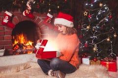 Adolescente con el regalo Imagenes de archivo