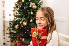 Adolescente con el regalo de Navidad Fotografía de archivo