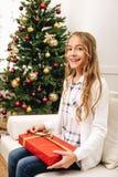 Adolescente con el regalo de Navidad Fotos de archivo