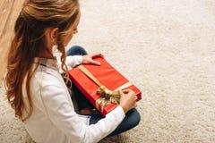 Adolescente con el regalo de Navidad Imagen de archivo