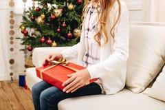 Adolescente con el regalo de Navidad Fotos de archivo libres de regalías