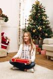 Adolescente con el regalo de Navidad Imágenes de archivo libres de regalías